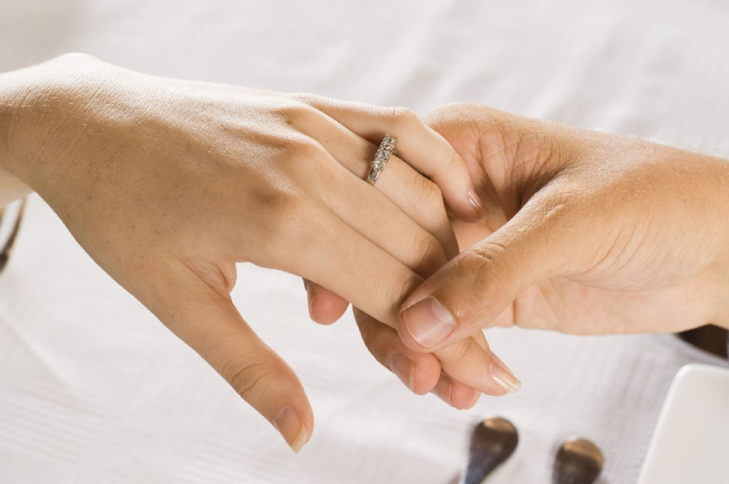 El fin del matrimonio y la monogamia infofueguina for En que mano se usa el anillo de compromiso