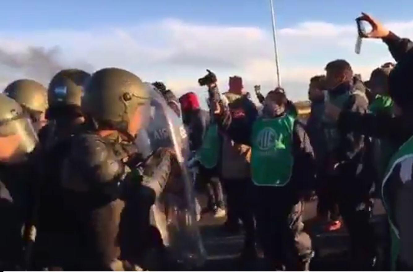 Heridos y detenidos en un violento desalojo de estatales en Santa Cruz
