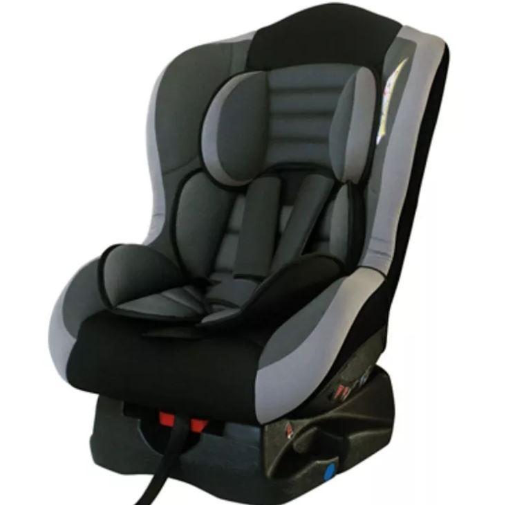 Menores de diez años, con sillas adaptadas para vehículos