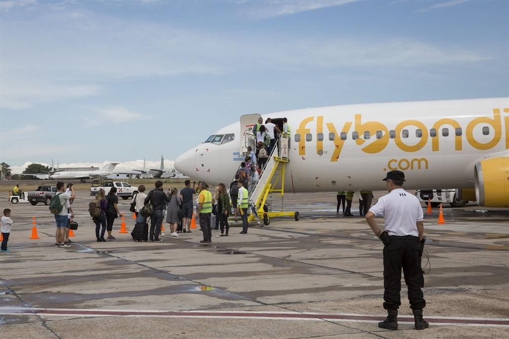 Flybondi: Por fallas en el motor, pasajeros quedaron varados