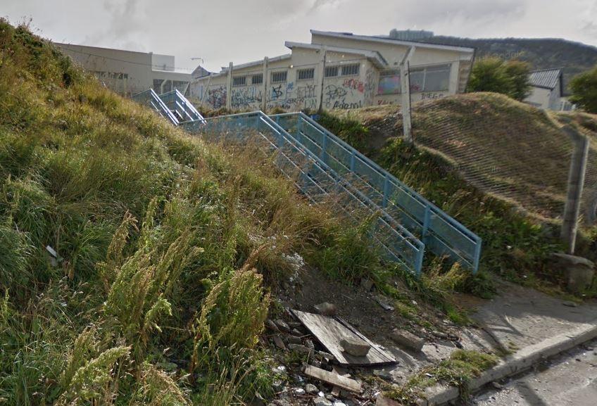 Mujer de 40 años se cayó por una escalera en Ushuaia y fue hospitalizada - Infofueguina