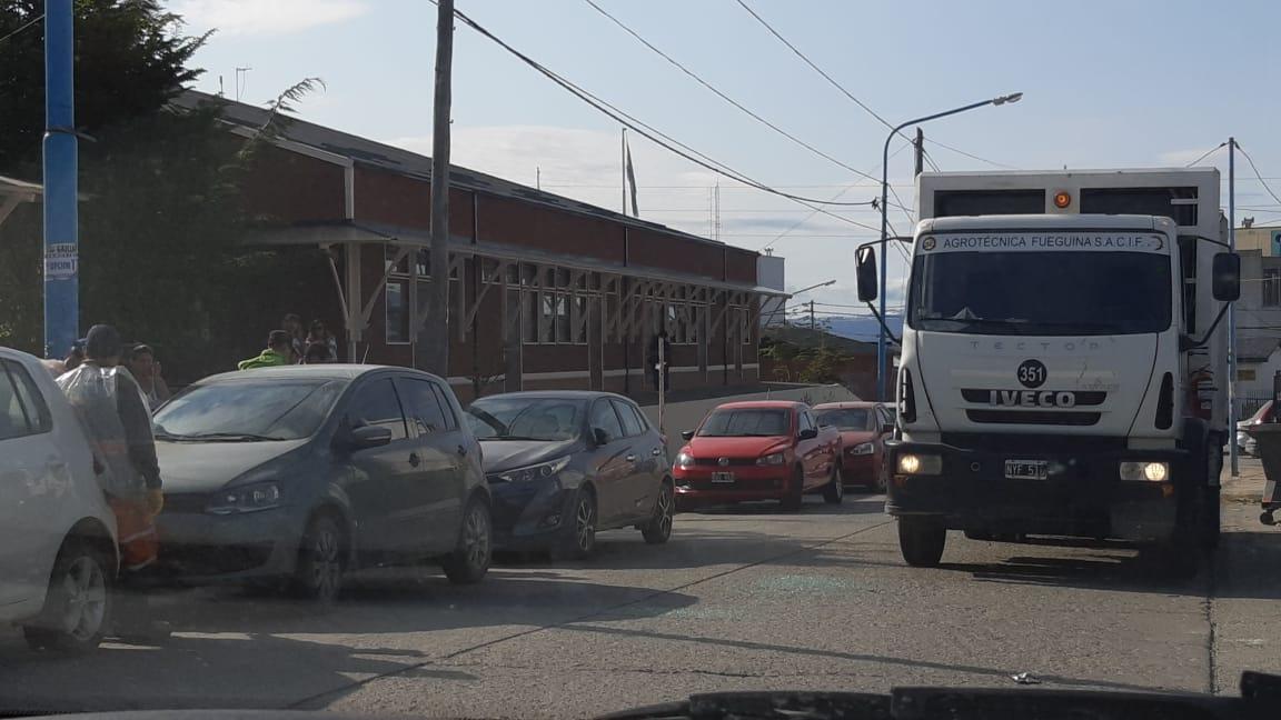 Camión recolector chocó a dos Volkswagen estacionados en Ushuaia - Infofueguina