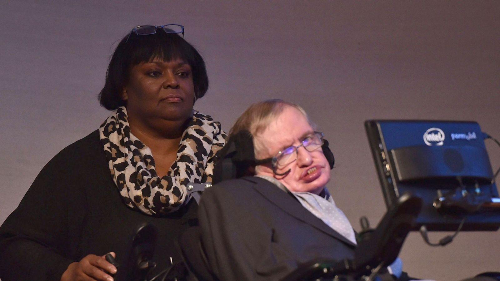 Suspenden a enfermera de Stephen Hawking por desatender al científico