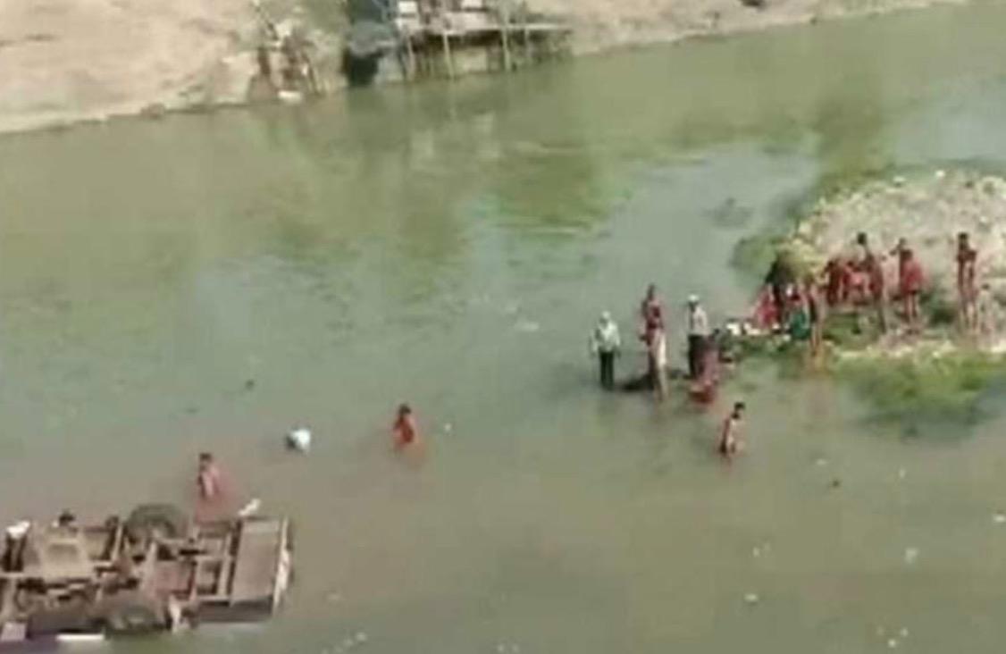 Mueren 24 invitados de una boda; su autobús cayó a un río
