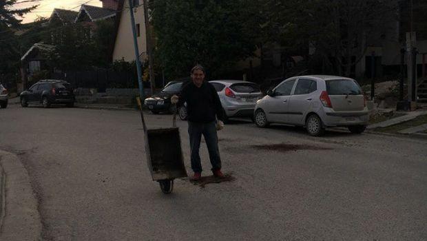 Vecino de Ushuaia, cansado de los baches, los tapó por su cuenta