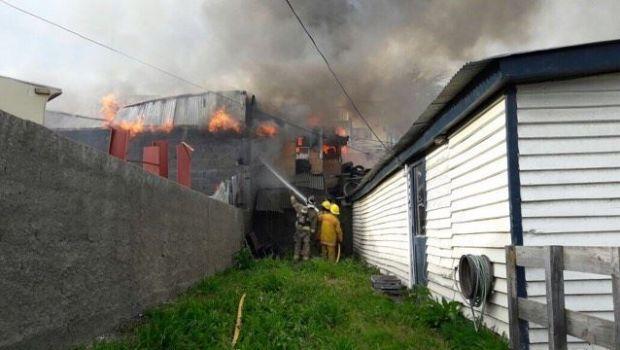 Un herido en dos incendios casi simultáneos que afectaron 4 viviendas
