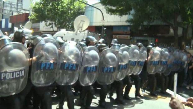 """Ardió Buenos Aires por desalojo de """"manteros"""""""