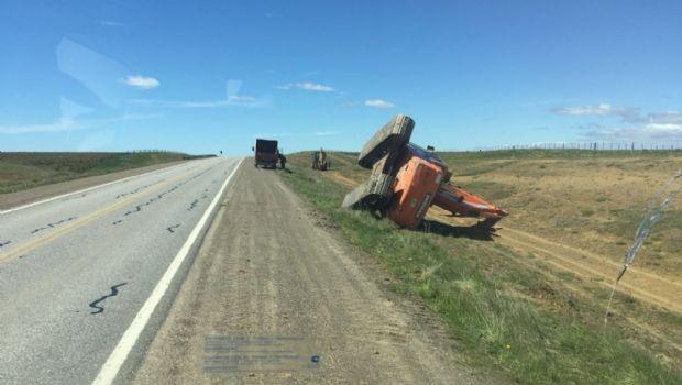 Máquina vial de gran tamaño volcó al costado de la ruta 3