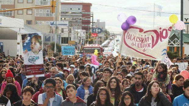 Miles de  cristianos marcharon por las calles de Río Grande
