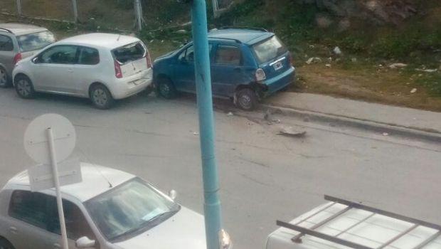 Un conductor destrozó autos estacionados y se dio a la fuga