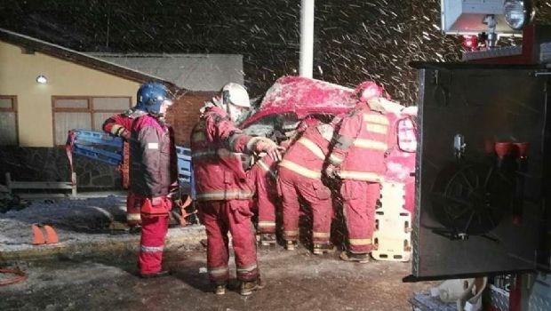 Brutal accidente deja dos personas heridas en Ushuaia