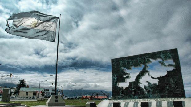 Banderas de monumentos de Malvinas de Ushuaia y Río Grande estarán a media asta