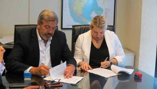 Bertone firmó convenio para vinculación gasífera con el Continente