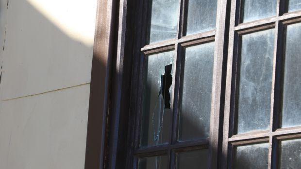 Atacaron a piedrazos la Casa Municipal en Río Grande