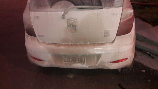 Dos autos chocaron en Ushuaia y uno se incrustó en un poste de luz